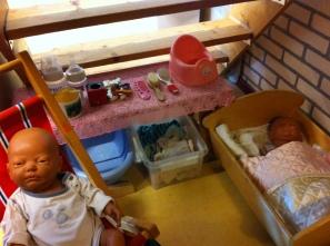 Kinderkamer, volledig toegerust, met jongens en meisjesbaby.