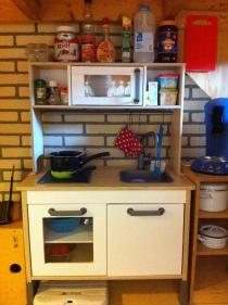 Keukenblok met goedgevulde kastjes.